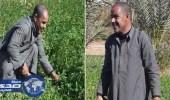 مزارع مصري كفيف يزرع أرضه ويقود الدراجة الهوائية