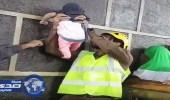بالفيديو.. رجل أمن يلاعب رضيعة بجوار الكعبة المشرفة