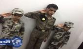 """أبناء الشهيد """" الشهري """" يرتدون الزي العسكري إحياءً لذكراه واحتفالا بيوم الوطن"""
