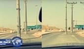 بالفيديو.. إهمال جسيم وتركيب أعمدة إنارة وسط الطريق في الرياض