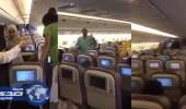 تعرض حجاج عائدين إلى باكستان لموقف صعب في الطائرة (فيديو)