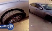 بالفيديو.. مجهولون يخربون سيارة جديدة بجدة