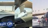 بالفيديو.. سقوط مركبة من أعلى كوبري بالرياض