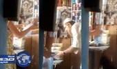 مسن يتحرش بفتاة صغيرة داخل متجره