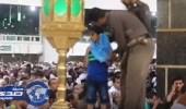 بالفيديو.. رجل أمن يقلد طفلا سترة لحمايته من الأمطار بجوار الكعبة