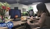 بالفيديو.. فتاة تطهي دجاجة على الفحم بمكتب عملها