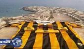 بالصور.. صياد يمني يعبر عن حبه الشديد لنادي الاتحاد بطريقة عجيبه