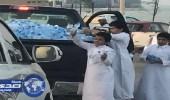 بالصور.. شاب يوزع قوارير المياه الباردة لتخفيف الحرارة على مرتادي كورنيش الخبر