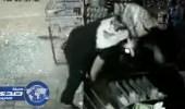 بالفيديو.. ملثم يقتحم محل تموينات ويسرق مبالغ مالية وسجائر في نجران