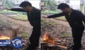 بالصور.. شاب يشعل النيران في كلب حي ليأكله