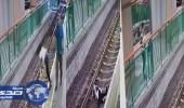 بالفيديو.. لحظة دفع رجل لسيدة على قضبان قطار بشكل مأساوي