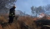بالصور.. القوات المدنية تواصل السيطرة علي حريق جبل الحمراء بالطائف