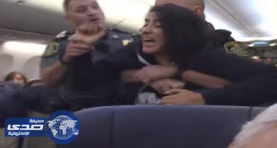 بالفيديو.. طرد راكبة حامل من الطائرة لاعتراضها على وجود كلبين