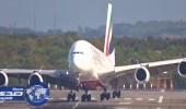 بالفيديو.. انزلاق أضخم طائرة إماراتية في العالم أثناء الهبوط