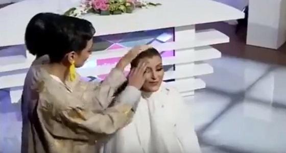 """بالفيديو.. مذيعة """" سيدتي """" تحلق شعرها دعمًا لمريضات السرطان"""