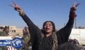 """بالفيديو والصور.. سورية تمزق ثيابها وتقبل الجنود بعد تحريرها من """" داعش """""""