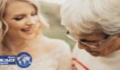 بالصور.. رد فعل مؤثر لعجوز ارتدت حفيدتها فستان زفافها دون علمها