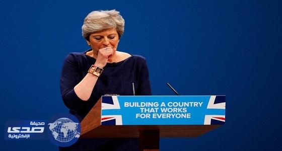 رئيسة وزراء بريطانيا ترد على واقعة السعال بكلمة واحدة وصورة