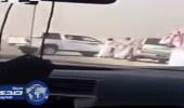 فيديو  مشاجرة جماعية بين مواطن ومالك إبل لتوقيفه طريق الرياض- الأحساء