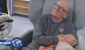 بالفيديو.. عجوز أمريكي يحتضن رضع مستشفى منذ 12 عاماً
