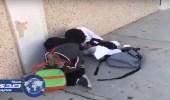 بالفيديو.. تلاميذ ابتدائي ينامون على الرصيف