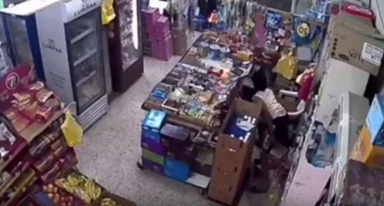 """بالفيديو.. 3 لصوص يسرقون صندوق نقود محل """" بقالة """" بالمدينة"""