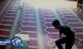 بالفيديو.. لص يسرق صندوق تبرعات أحد المساجد