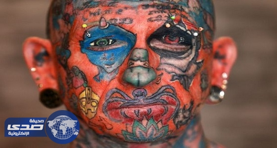 بالصور.. بريطاني يرسم 800 وشم على جميع أنحاء جسمه