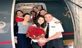 بالصور.. طيار يفاجئ مسافرة بطلب الزواج منها على متن الطائرة