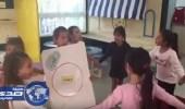 بالفيديو والصور.. معلمة تعلم الأطفال طريقة تخصيب البويضة بصورة فاضحة