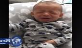 بالفيديو.. بكاء هستيري لطفل رضيع حصل على ملابس والدته المتوفاه