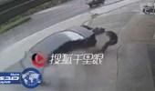 بالفيديو.. سائق متهور يصدم عجوزين ويطيح بهما في الصين