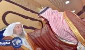 بالصور.. أمير نجران يزور الشيخ المكرمي بعد خروجة من المستشفي