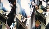 بالفيديو.. انفجار جوال على مكتب موظف بشكل مفاجئ