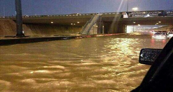 هطول أمطار غزيرة على طريق الدائري الرابع بجدة