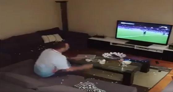 بالفيديو.. رد فعل صادم لزوج نفذت زوجته به مقلب