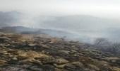 """بالصور.. """" مدني النماص """" يسيطر على حريق أشجار بمنطقة جبلية"""