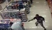 بالفيديو.. شرطي يقتل مسلحين في عملية سرقة صيدلية بالبرازيل