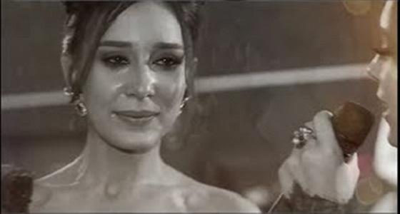 بالفيديو.. مفاجأة فتاة لشقيقتها العروس تٌبكيها