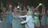 بالفيديو.. سقوط مروع لمسنة حاولت الإمساك بباقة قذفتها عروس