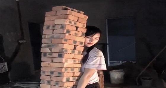 بالصور.. فتاة حسناء تخوض غمار وظيفة قاسية لكسب الأموال