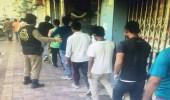 صور| مخالفو الإقامة يحاولون الاختباء عن أنظار رجال الأمن