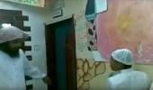 بالفيديو.. معلم يضرب الطلاب بهمجيه