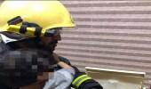 مدني خميس مشيط ينقذ طفلة احتجزت في نشافة ملابس