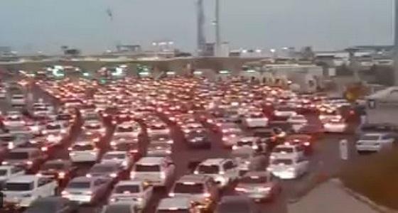 بالفيديو.. توقف حركة المرور في جسر الملك فهد