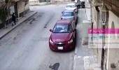بالفيديو.. الإطاحة بمتهم ظهر في مقطع فيديو يطارد طفلين بساطور في الرياض