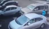 بالفيديو.. نجاة سيدة وعامل من الموت كادت تدهسهم سيارة