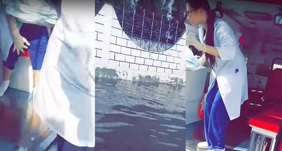"""بالفيديو.. فريق السلام ينقذ """" حامل """" احتجزتها سيول جدة"""