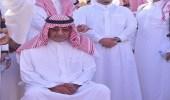 صورة| لحظات مؤثرة تجمع الأمير مقرن وأخاه أحمد خلال صلاة الجنازة على الراحل منصور