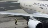 """بالفيديو.. سقوط عامل مر خلف محرك طائرة """" الخطوط السعودية """" أثناء دورانه"""